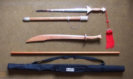 Čínský kovový meč, dřevěná šavle, hůl JO, obal na zbraně